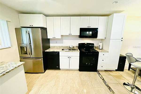 """Photo #9 42"""" white shaker with soft close doors (Seller has the crownmolding for the kitchen cabinets)"""